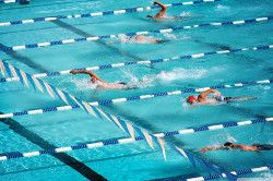 Плавание в бассейне для избавления от горба на шее