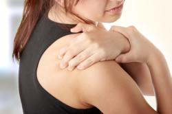 Боль в плече - один из симптомов шейного остеохондроза 1 степени
