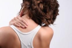 Боль в шее - первый признак грыжи позвоночника