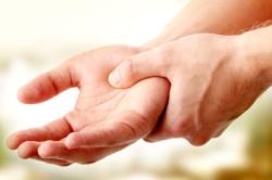 Онемение рук - один из симптомов шейного остеохондроза 2 степени
