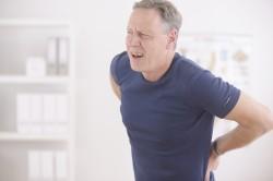 Сильные боли в спине - симптом фораминальной грыжи