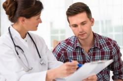 Обследование у врача при хрусте в лопатке
